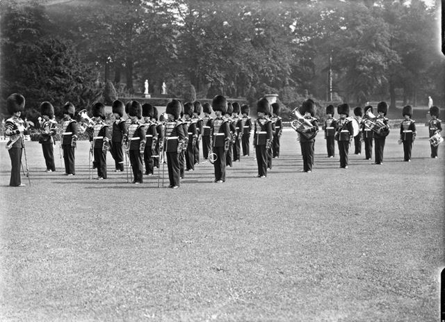 Band of pipes and drums on occasion of Lord Hartington becoming 10th Duke of Devonshire, 1939