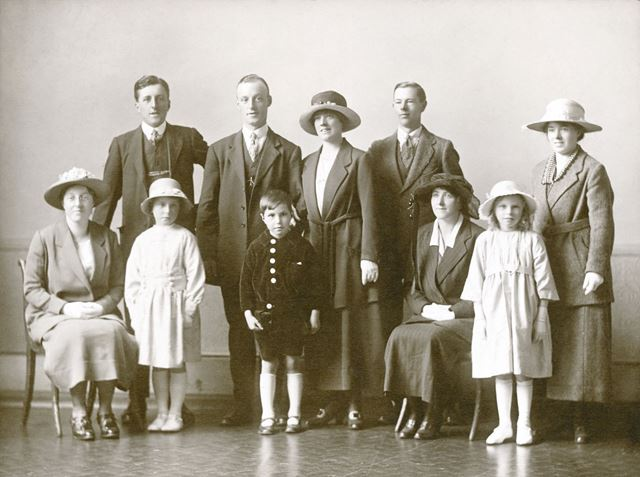 Heathcote family group photograph, Winster, early 1920s?