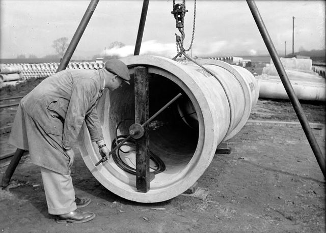 Joining two concrete pipes
